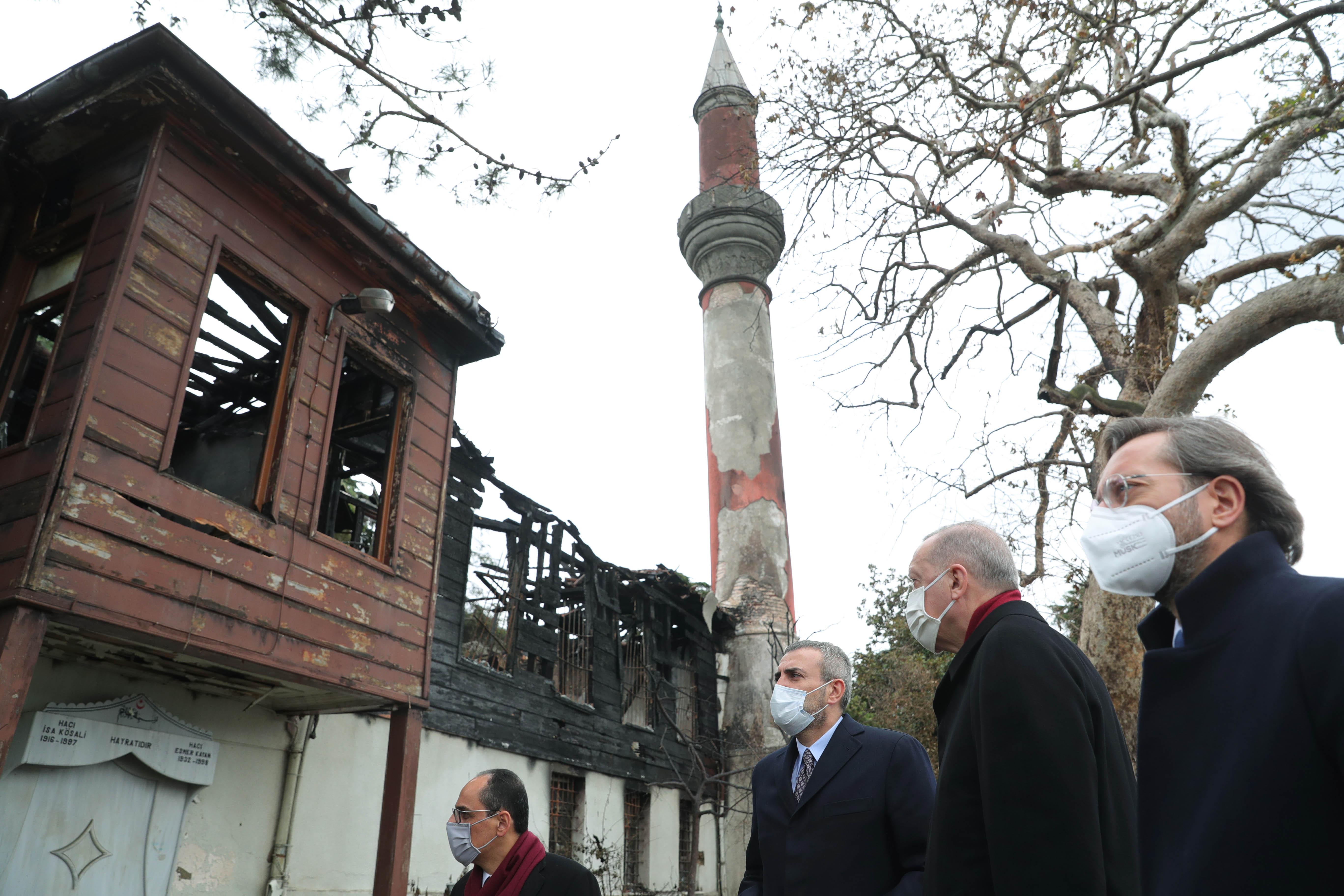 Cumhurbaşkanı Erdoğan, önceki hafta yanan Vaniköy Camii'ni ziyaret etti