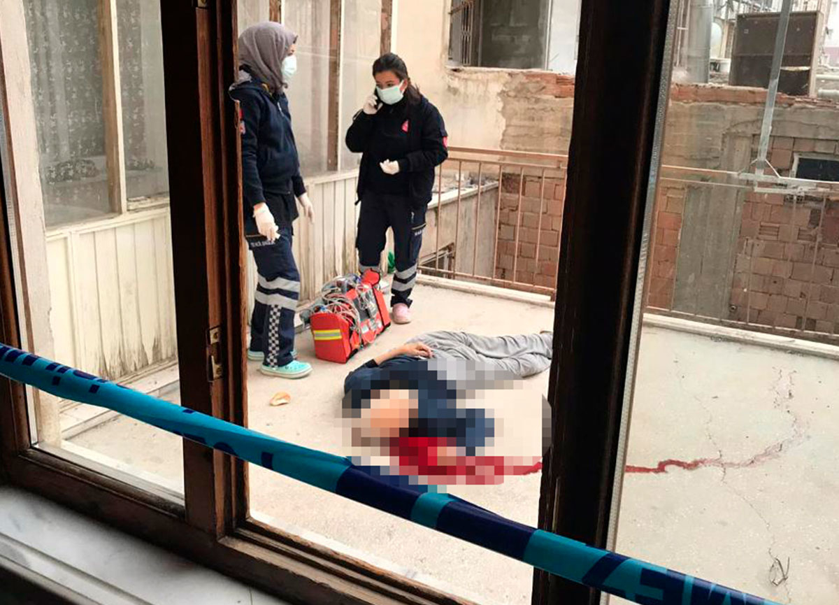 Apartman sakinleri sabah fark etti... 70 yaşındaki adam boğazı kesilerek öldürüldü