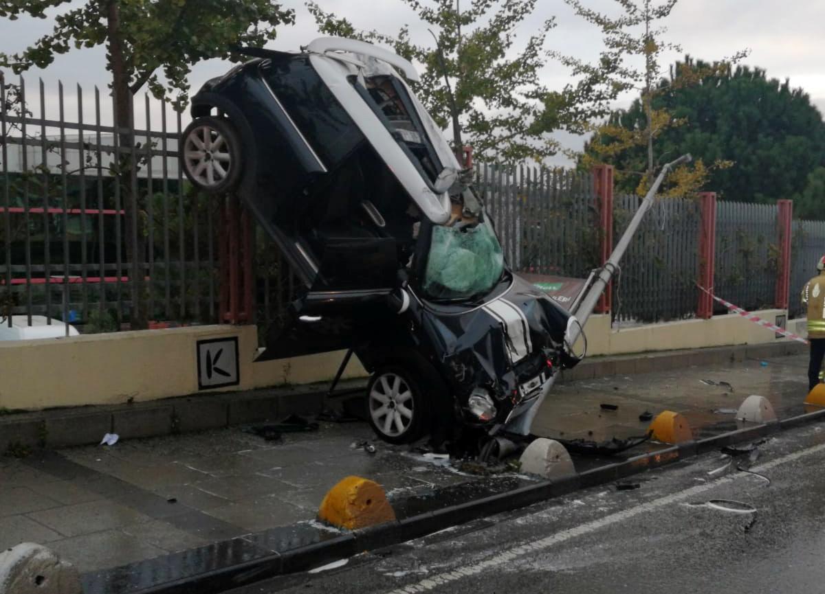 Kadıköy'de meydana gelen kazada araç demir parmaklılarda asılı kaldı