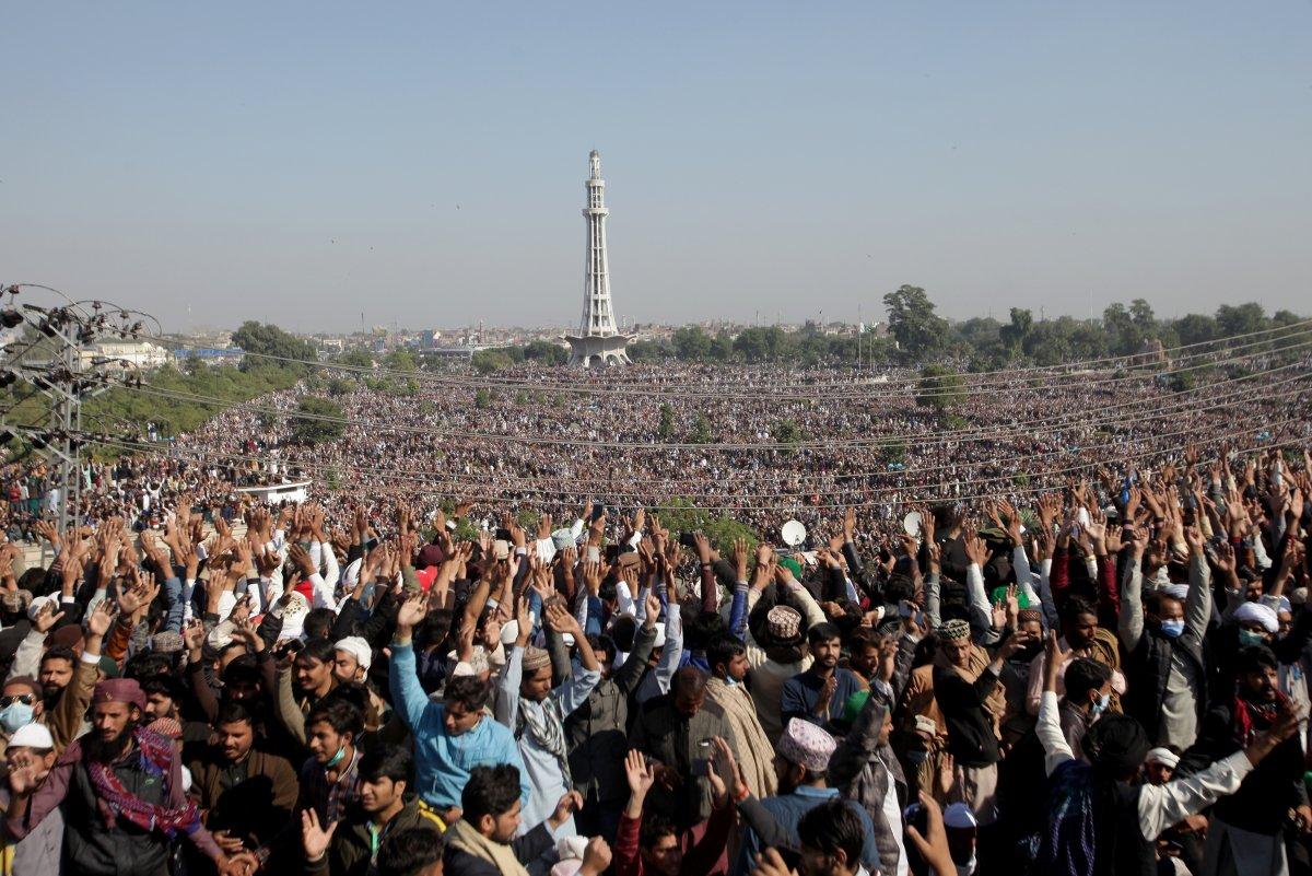 200 bin kişilik cenaze töreni olay oldu! Pakistan'da koronavirüsü hiçe sayan görüntüler...