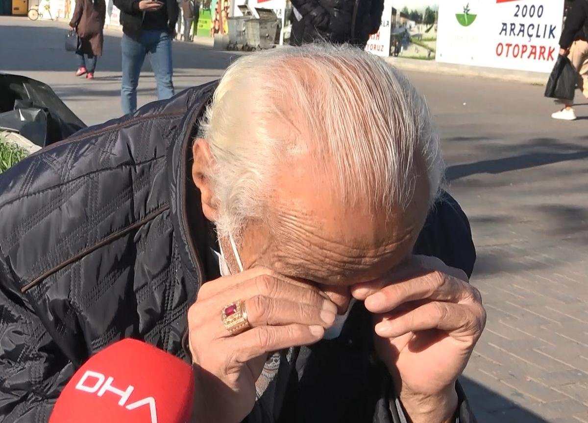 Karantinadaki oğluna ekmek almak için çıkan 76 yaşındaki adam kurallara uyulmadığını görünce ağladı