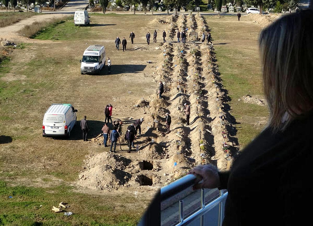 Bakan Koca'nın açıkladığı iller arasında yer alan Bursa'da dikkat çeken görüntü: Perdeyi açmaya korkar oldum