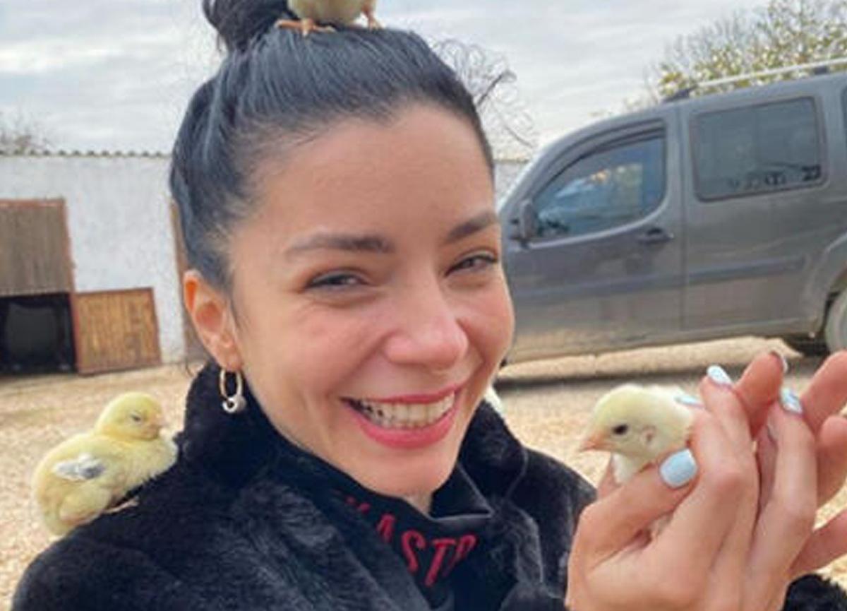Merve Boluğur, civcivleri sevdiği anlarını sosyal medya hesabından takipçileriyle paylaştı