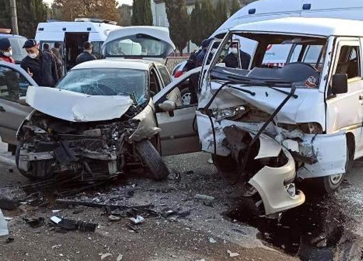 Sakarya'da feci kaza! Şans eseri bu kazada ölen olmadı