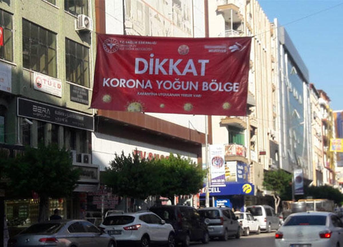 Hatay'da dikkat çeken afiş! 'Korona yoğun bölge' afişleri asıldı...