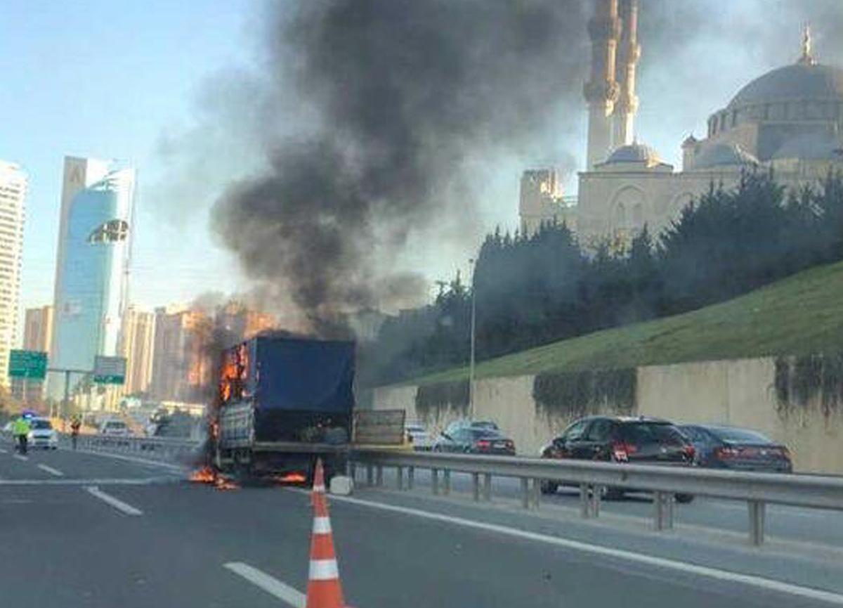 Son dakika: TEM otoyolunda kamyonet alev alev yandı!
