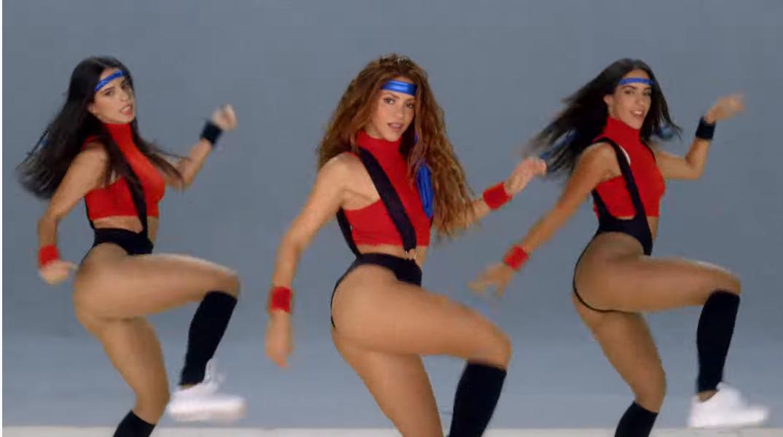 Black Eyed Peas ile düet yapan Shakira göz doldurdu!