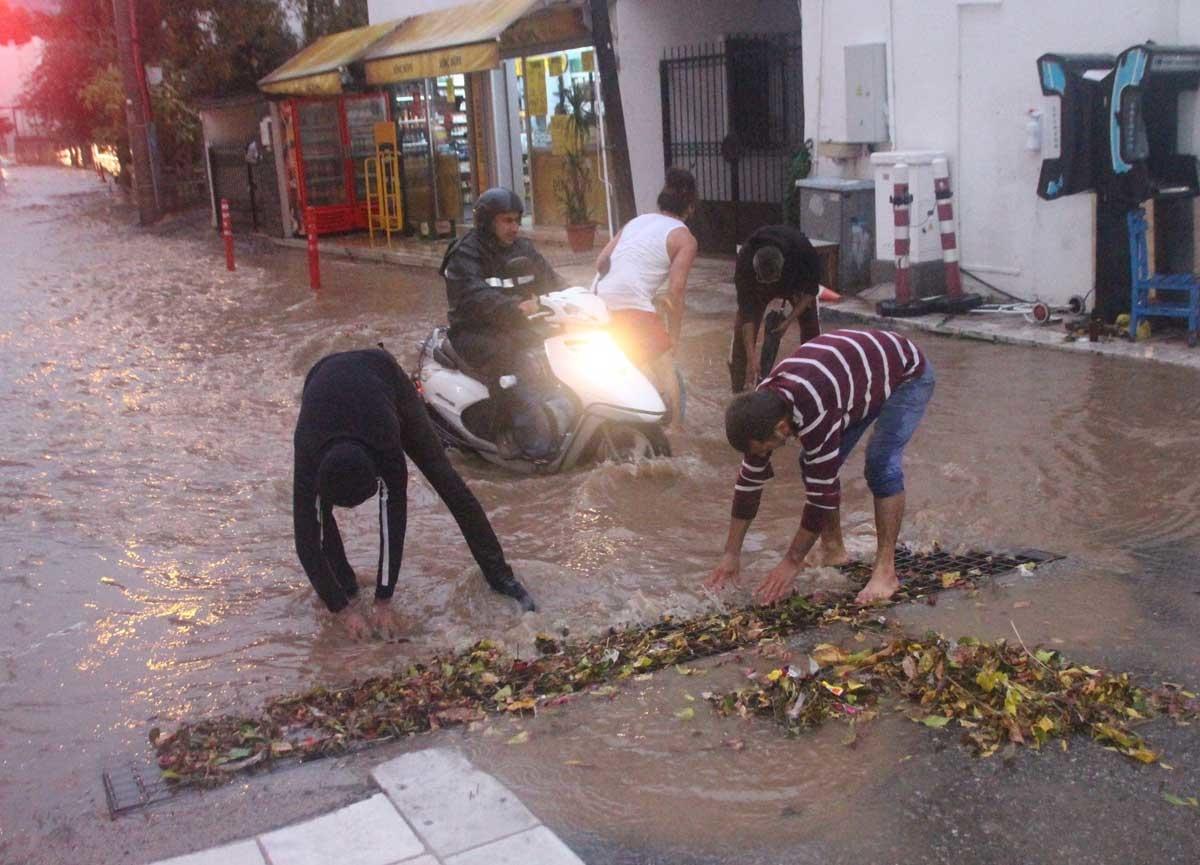 Bodrum'da sağanak yağış etkili oldu!