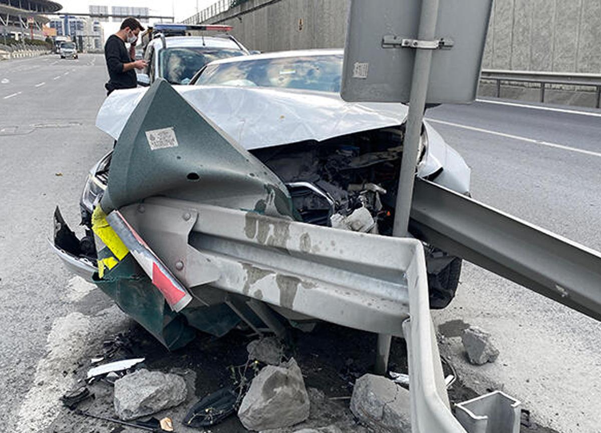 TEM'de korkunç kaza! Otomobil bariyerlere saplandı...