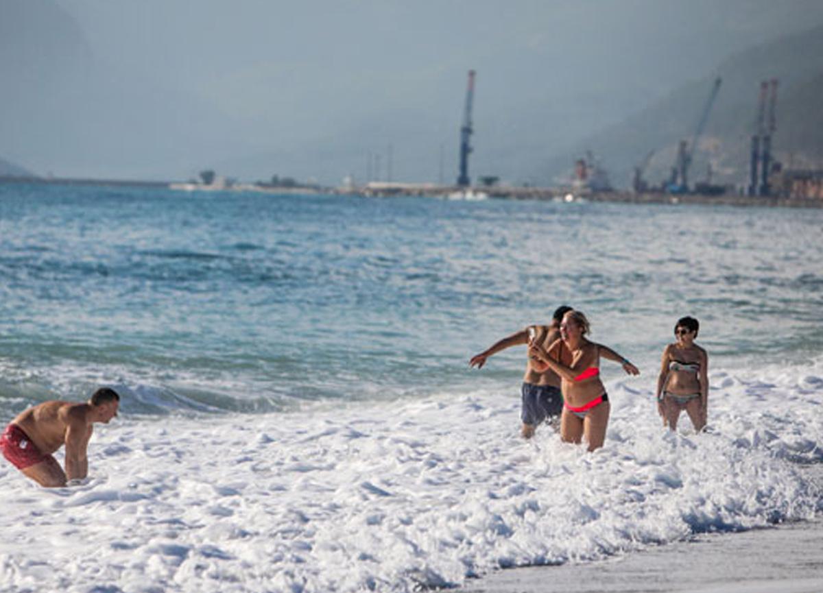 Antalya'da aralık ayında denize girdiler!