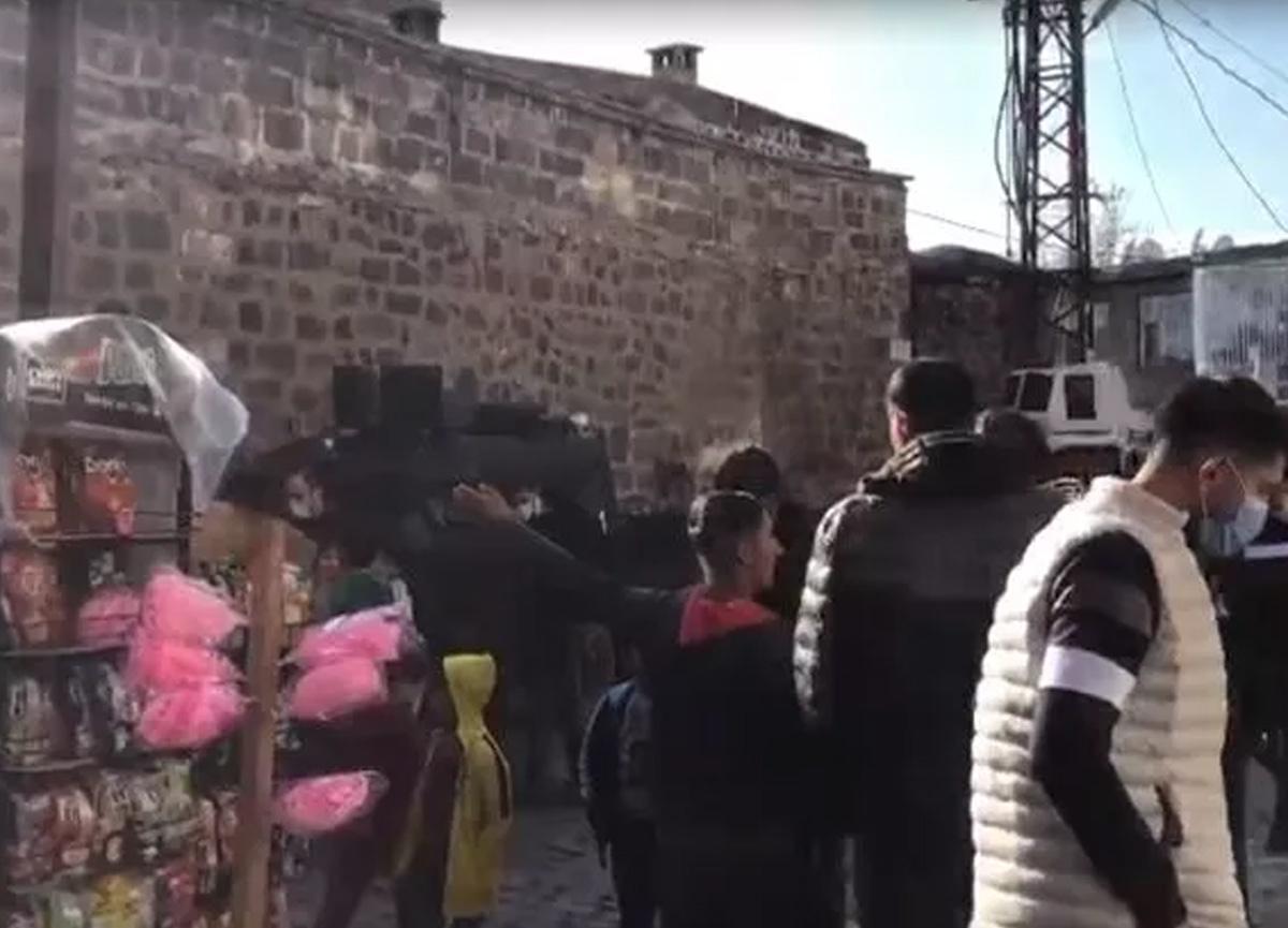 3 yaşındaki kız çocuğunu kaçırmak isteyince ortalık karıştı! Vatandaşlardan linç girişimi...