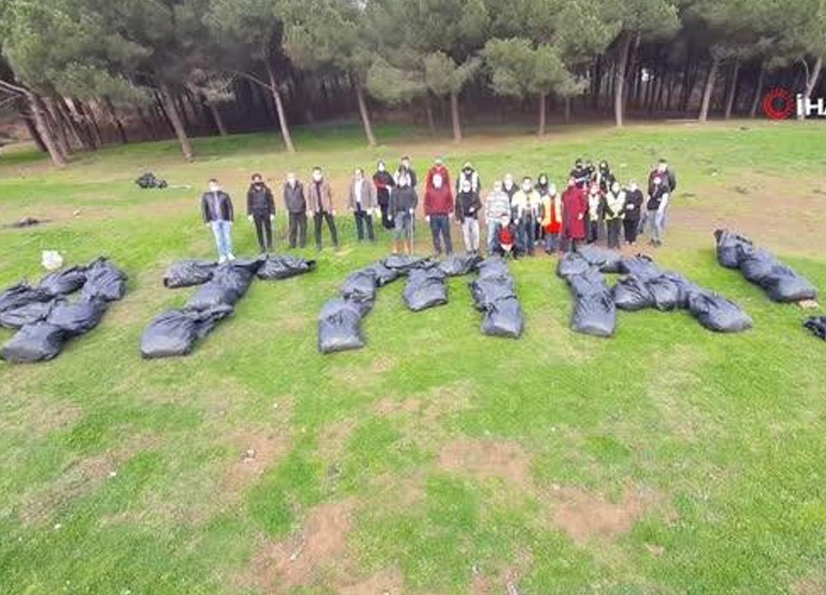 Ormanda topladıkları çöplerle sosyal mesaj verdiler: Atma