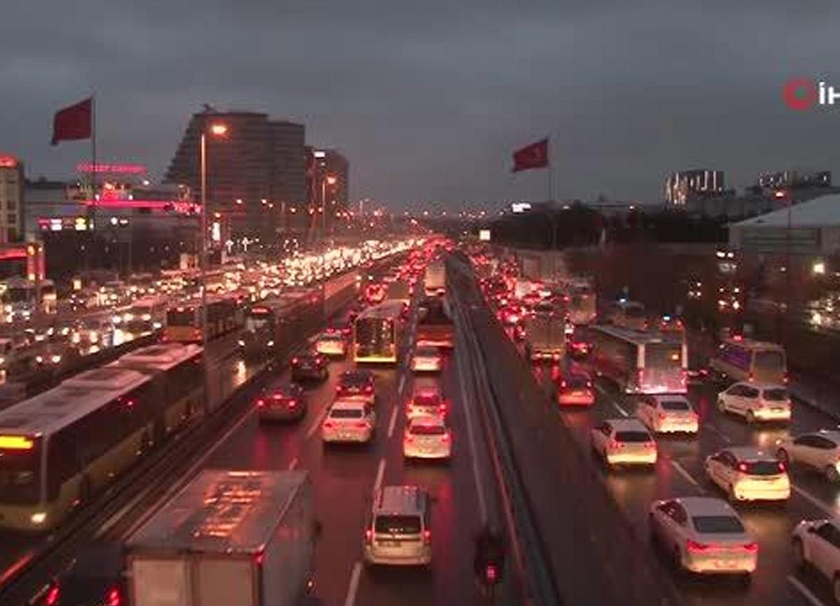 Kısıtlama bitti, İstanbul trafiği çıldırtacak seviyelere ulaştı