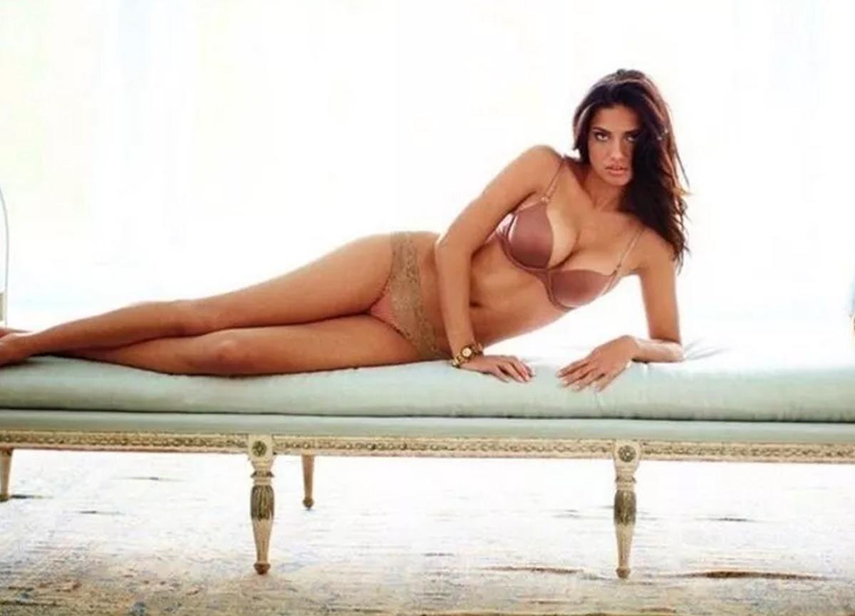 Adriana Lima'dan ilginç paylaşım! 'Bu fotoğrafı kim çektiyse bana mesaj atsın'