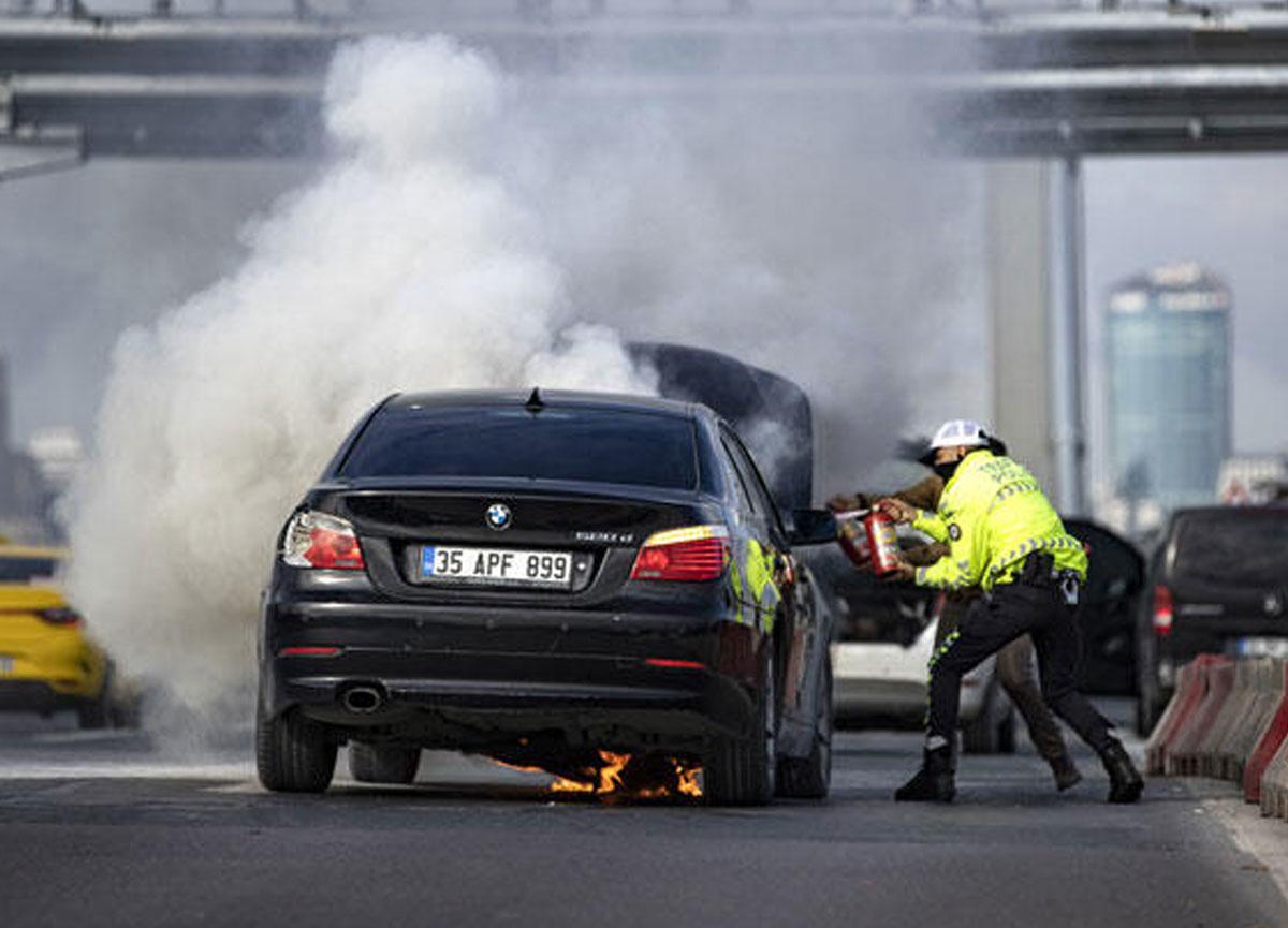 15 Temmuz Şehitler Köprüsü'ndeki polis uygulama noktasında hareketli dakikalar