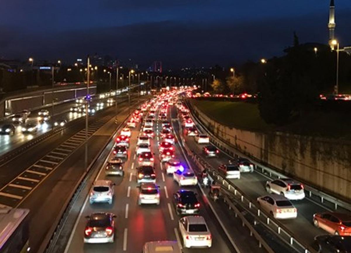 İstanbul'da trafik yoğunluğu! Sokağa çıkma kısıtlaması sona erince...
