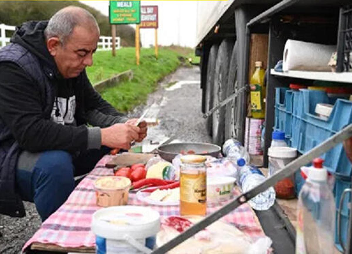 Mahsur kalan Türk TIR şoförlerinin kahvaltısı İngiliz medyasında!