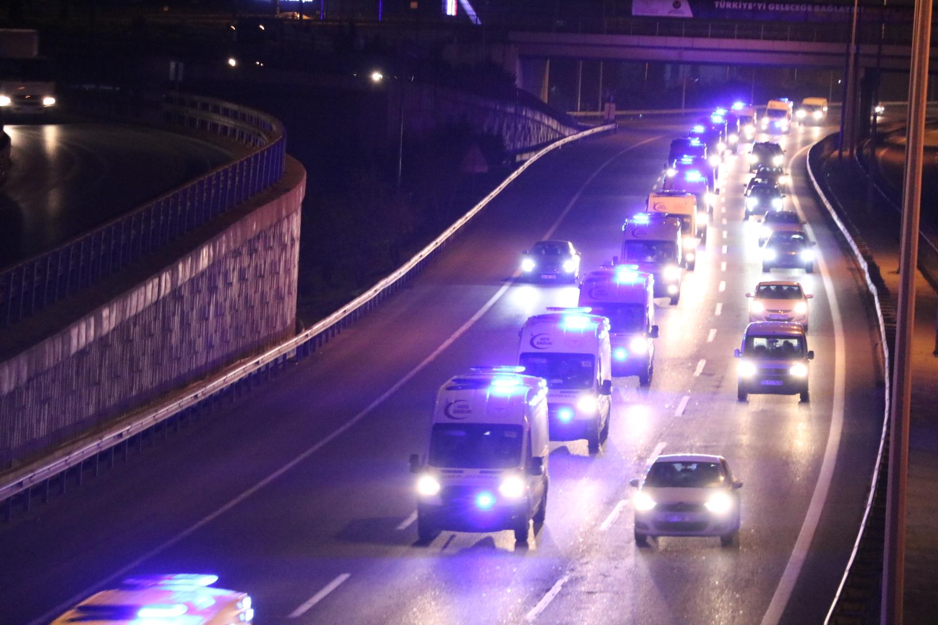 Sosyal medyada çok konuşuldu! Sirenlerle caddeleri inleten 61 ambulans İstanbul'a geldi
