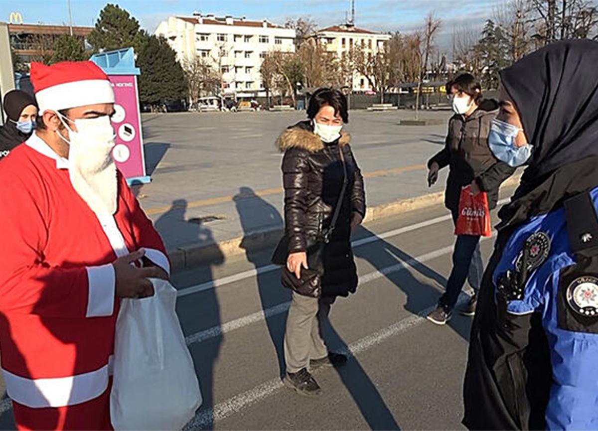 Noel Baba kostümüyle maske dağıttı