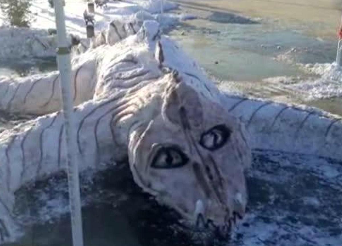 Belediye çalışanları kardan Van Gölü canavarı yaptı