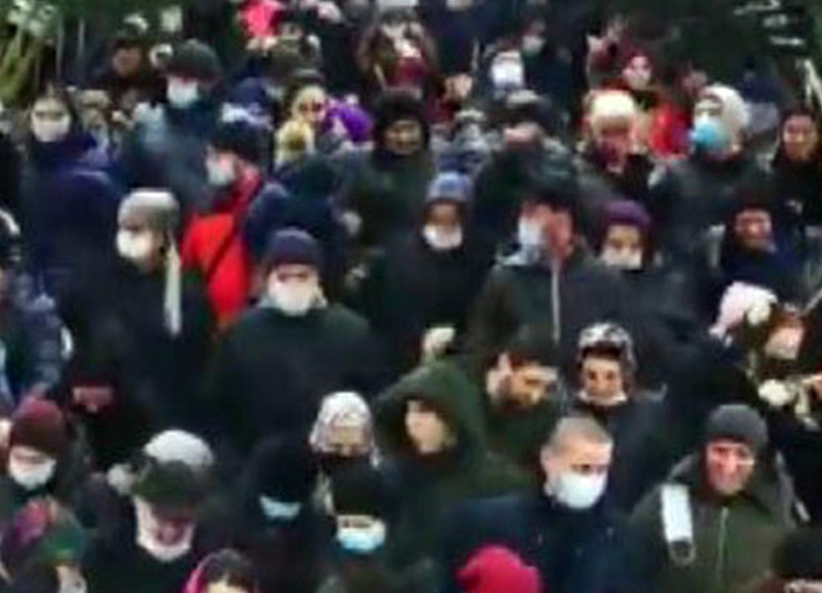 Rusya'da noel alışverişinde izdiham çıktı! Sosyal mesafe ve maske unutuldu...