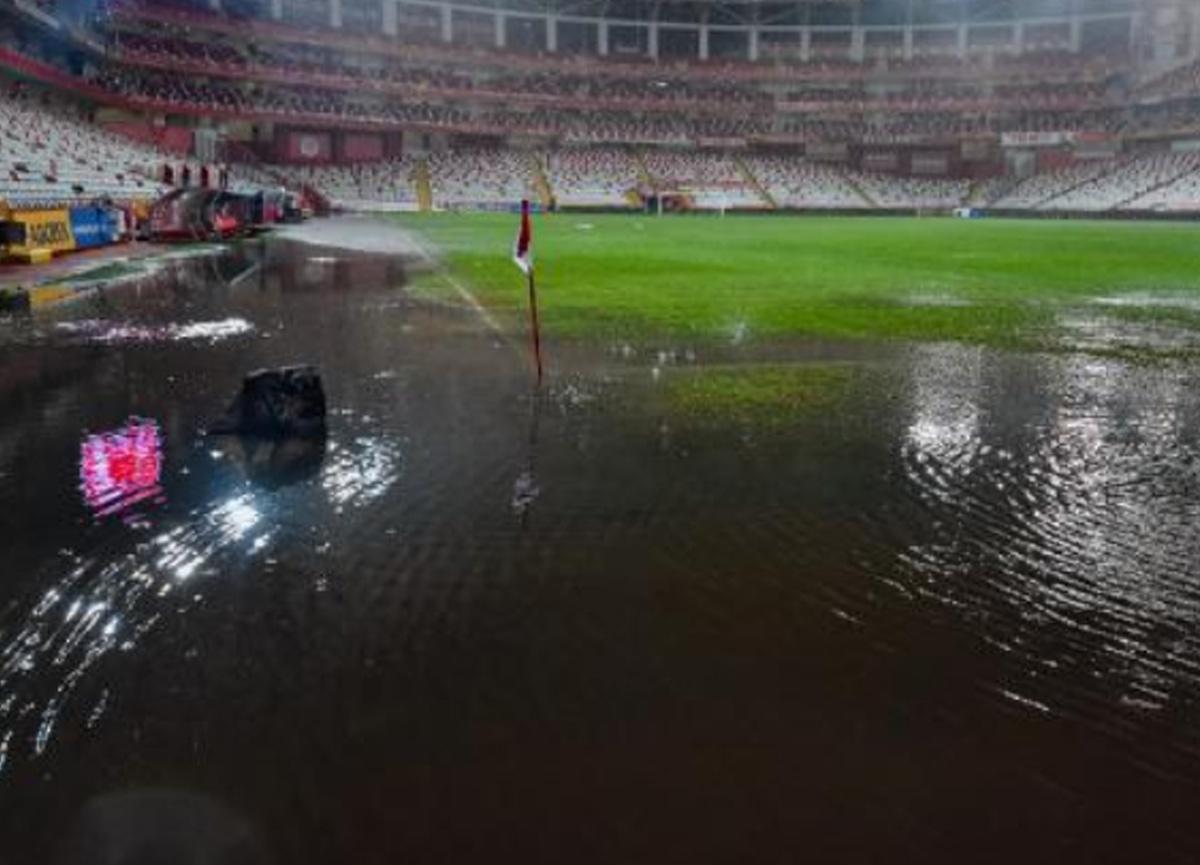 Antalyaspor - Hatayspor maçı yoğun yağış sebebiyle ertelendi