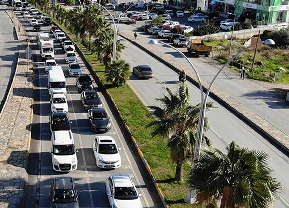 Bodrum'da kilometrelerce araç kuyruğu! Belediye Başkanı uyardı!