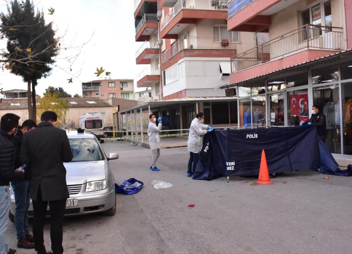 İzmir'de dehşet! Babasını sokak ortasında sopayla döverek öldürdü