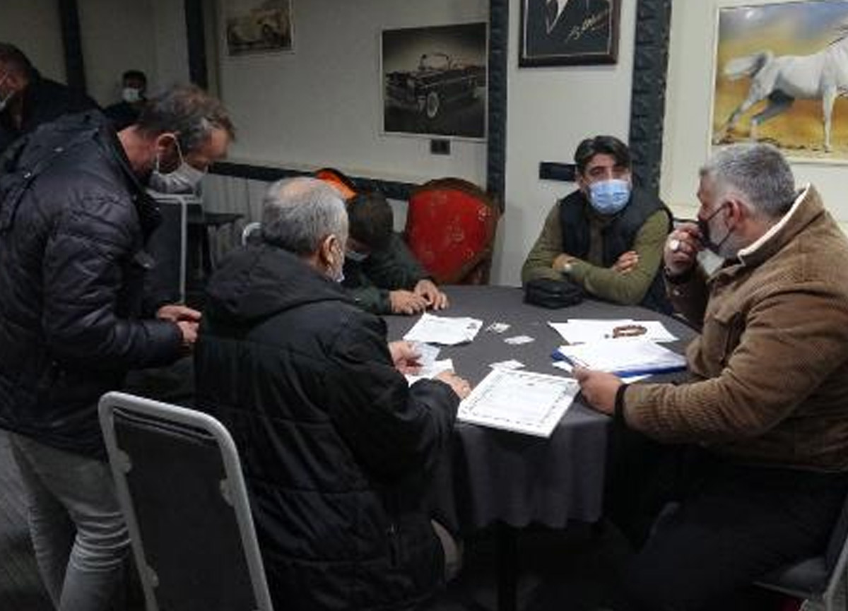 Kapalı olması gereken kahvede oyun oynadılar, 53 bin 550 lira ceza yediler