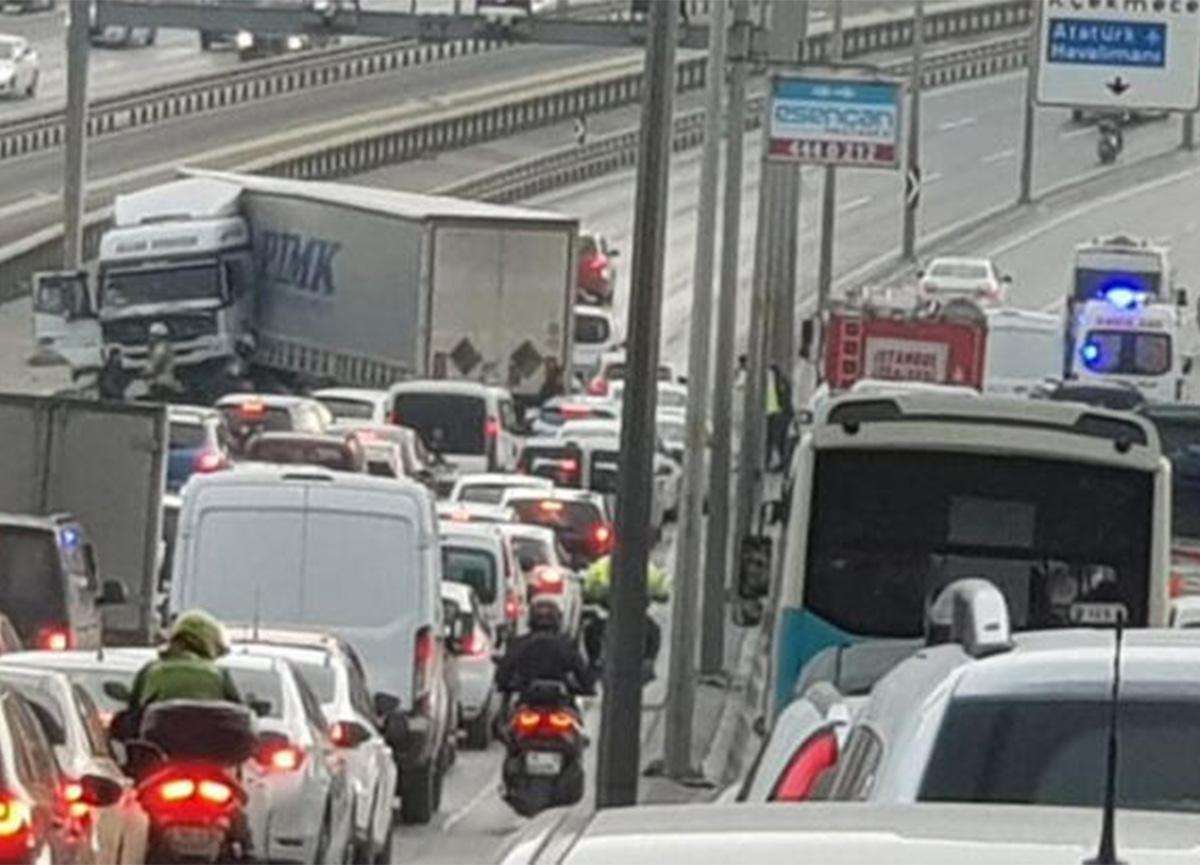 Son dakika: E-5'i kilitleyen kaza! TIR, metrobüs bariyerlerine çarptı