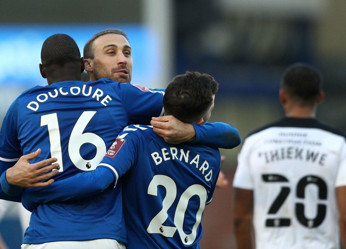 Cenk Tosun'un gol attığı maçta Everton, Rotherham'ı yenip tur atladı