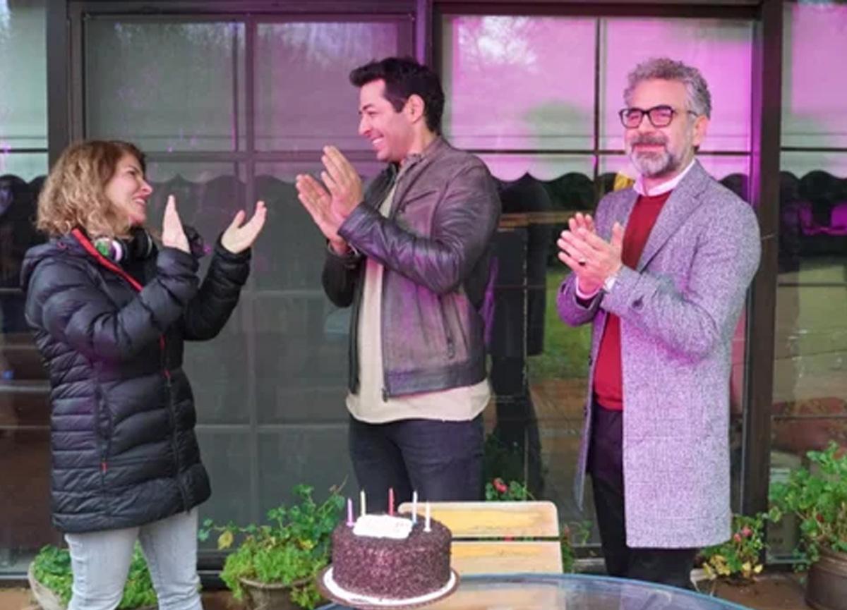 'Kefaret'in başarılı oyuncusu Mert Fırat'a sette doğum günü sürprizi yapıldı