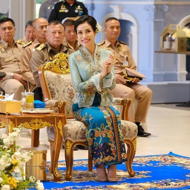 Tayland Kralı, çıplak fotoğrafları ifşa olan metresiyle hapishane temizledi