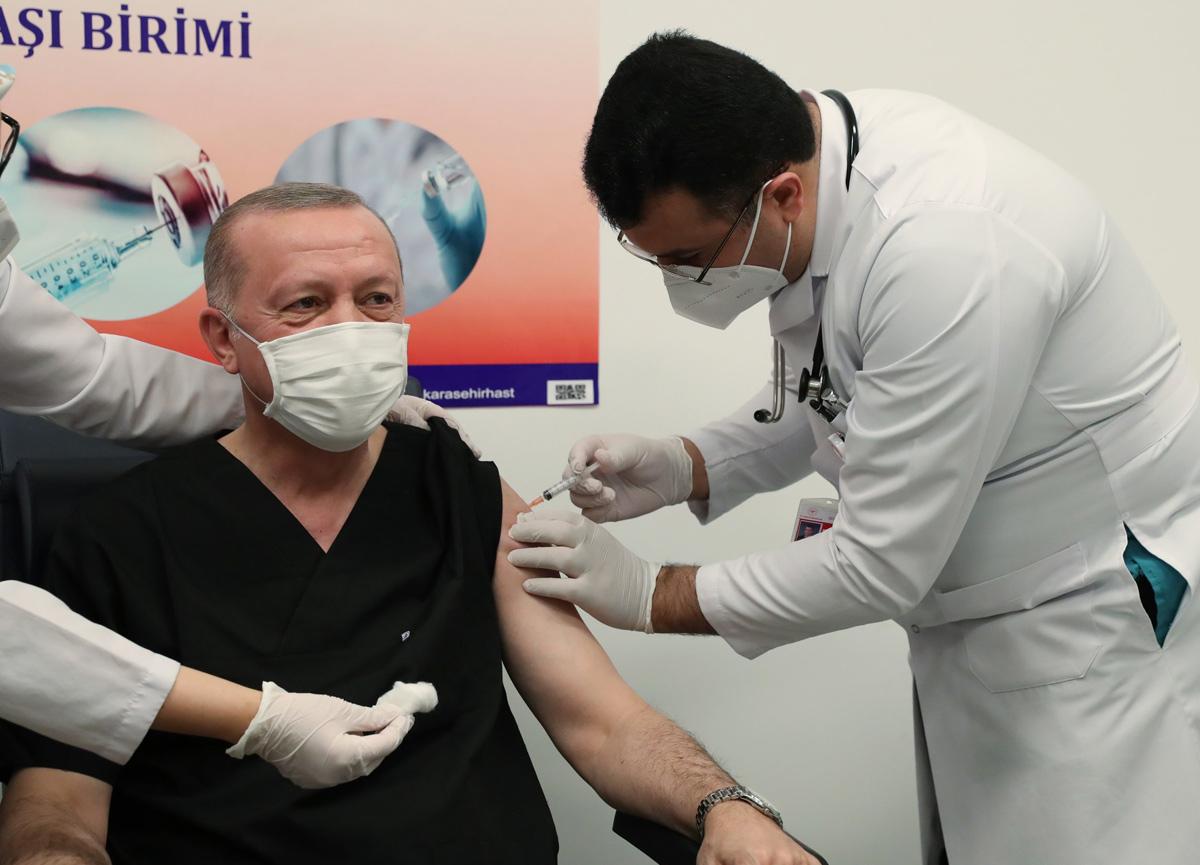 Sosyal medyada gündem oldu: İşte Cumhurbaşkanı Erdoğan'a aşı yapan doktor