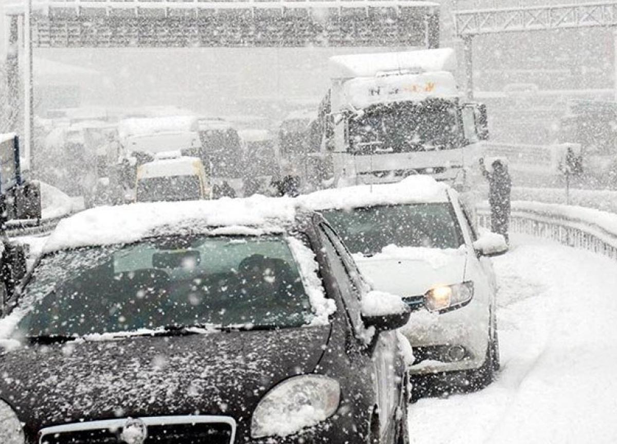 İstanbul'da kar şiddetini artırdı, trafik durma noktasına geldi!