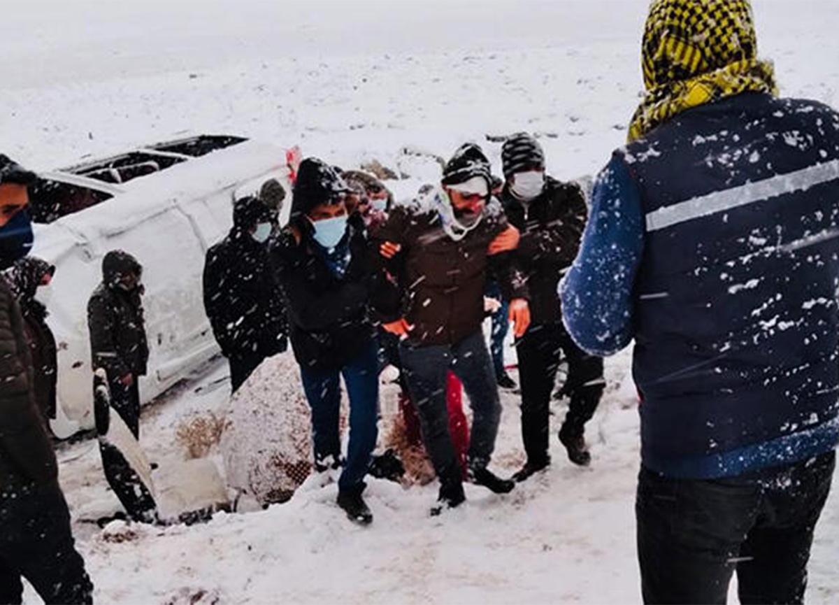 Diyarbakır'da iki minibüs devrildi! 22 yaralı var