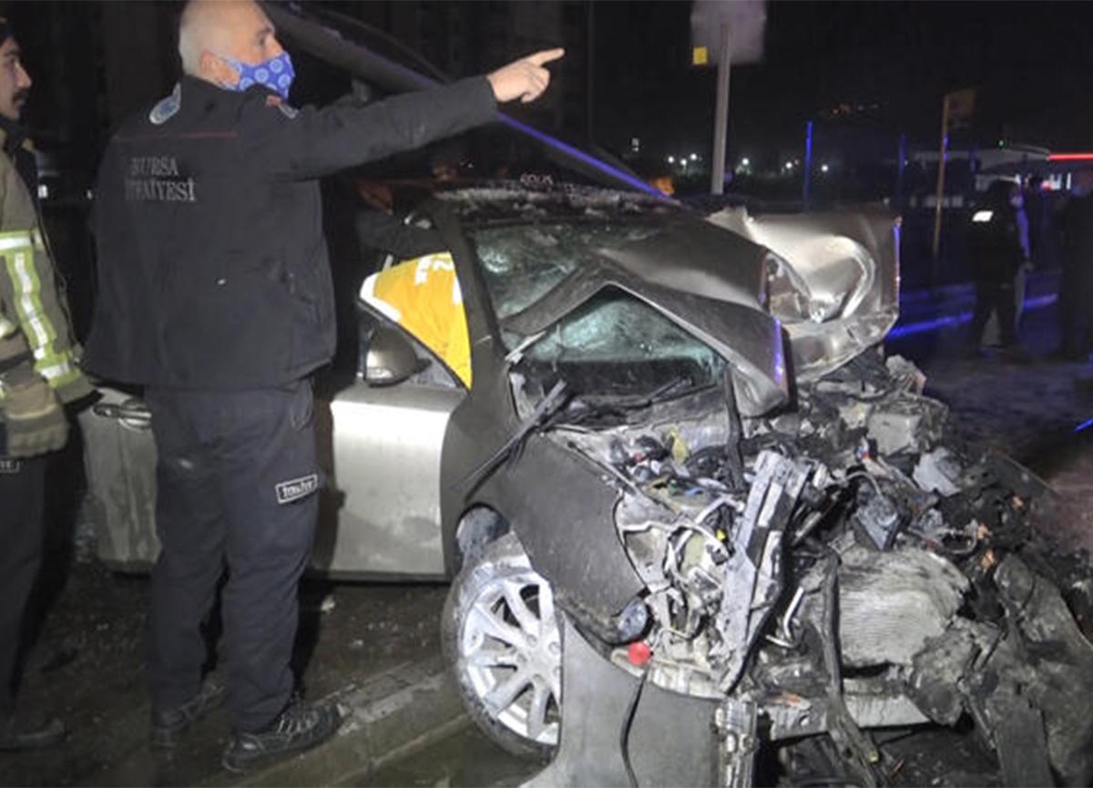 Bursa'da feci kaza! Önce otobüse çarptı, sonra durağa daldı