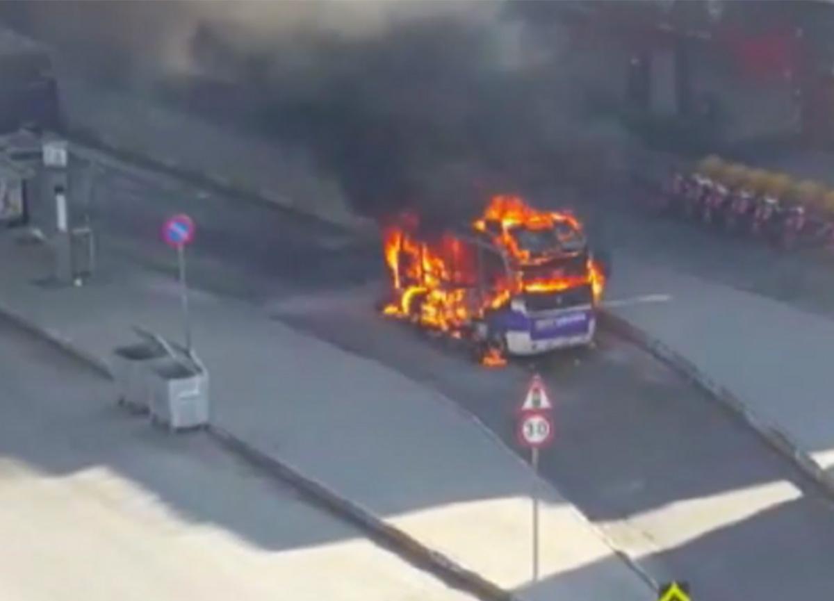 Bağcılar'da yolcu minibüsü yandı
