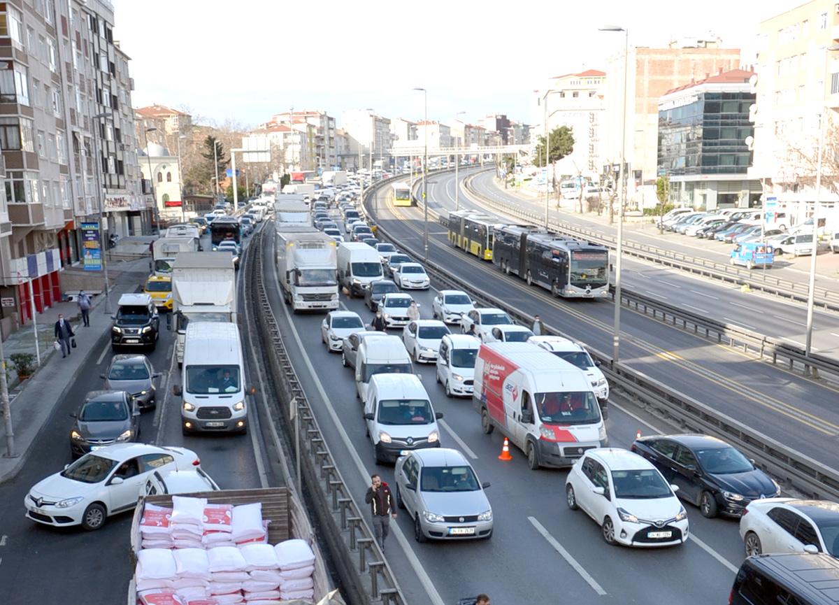 Sokağa çıkma kısıtlamasına rağmen İstanbul Avcılar'da şaşırtan trafik!