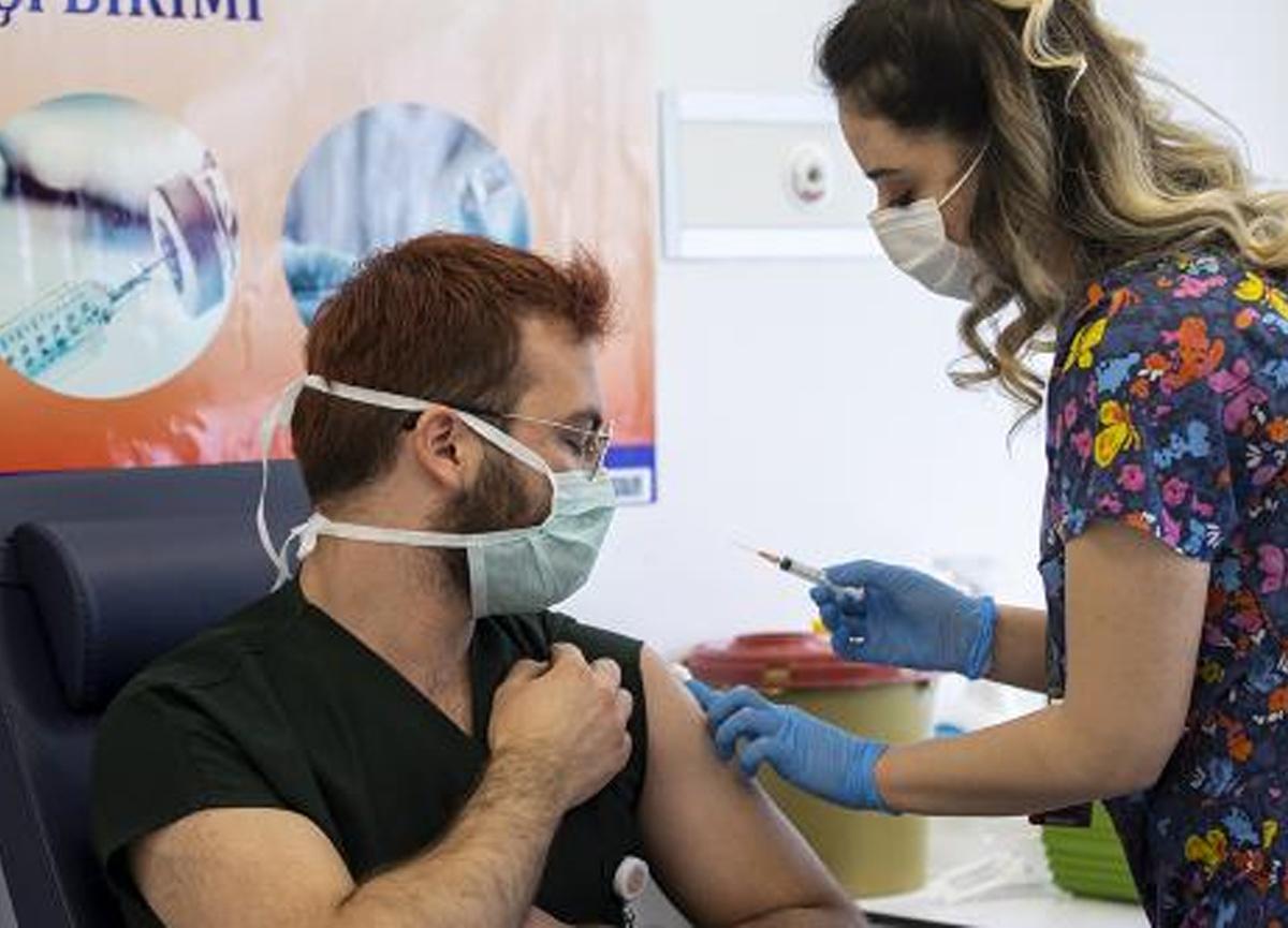 Bilim Kurulu Üyesi Prof. Dr. Tevfik Özlü'den koronavirüs aşısı olanlara uyarı!