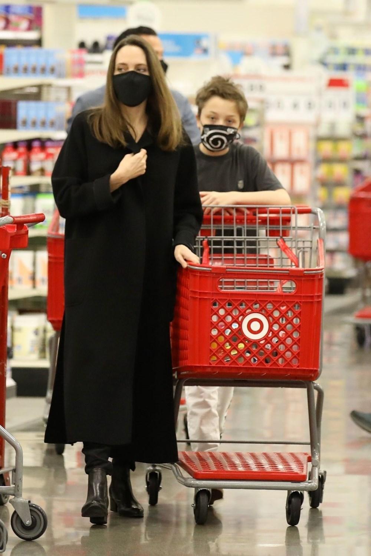 Angelina Jolie oğluyla alışverişte