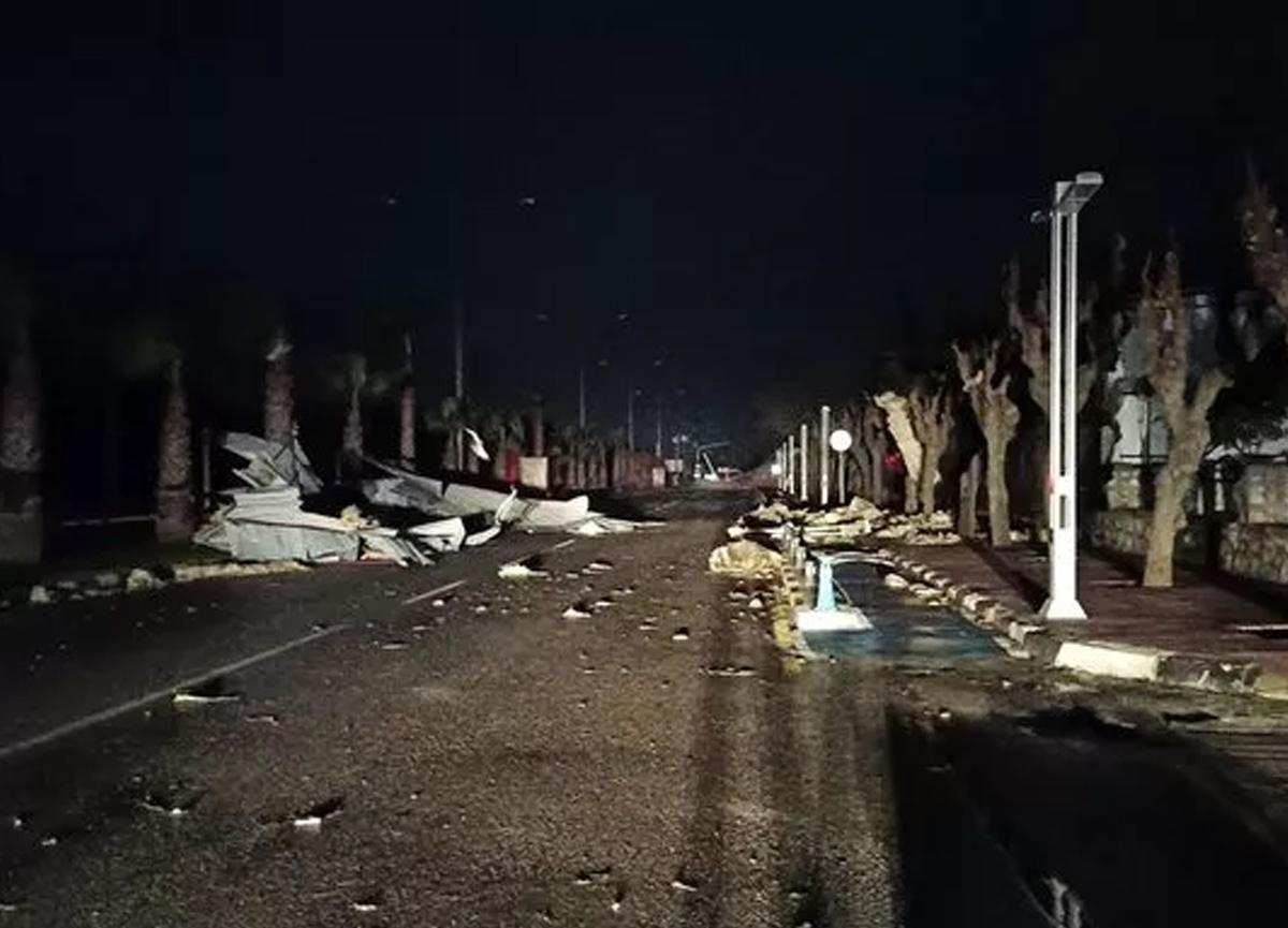 Gece yarısı etkili olan fırtına sebebiyle çatılar uçtu, ağaçlar ve direkler devrildi