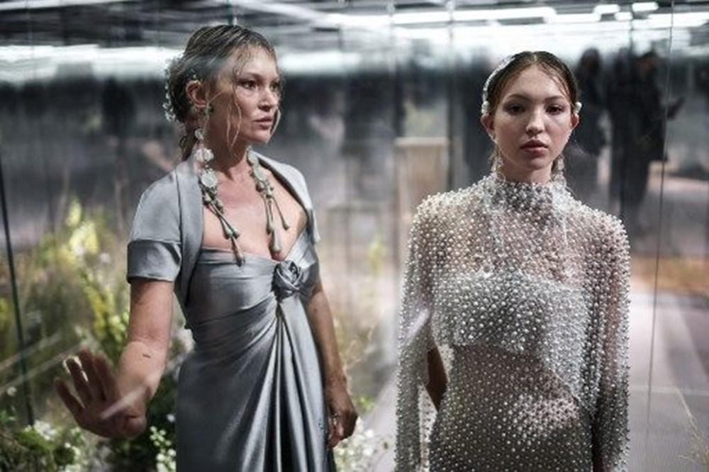 Dijital defilede Kate Moss ile Lila Grace'e torpil tepkisi