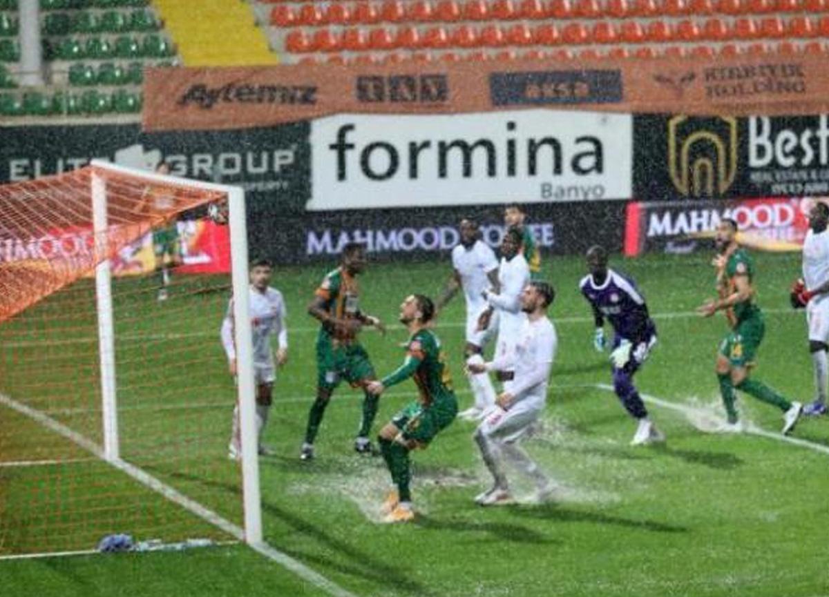 Alanya-Sivas maçı yoğun yağış nedeniyle 19. dakikada yarıda kaldı
