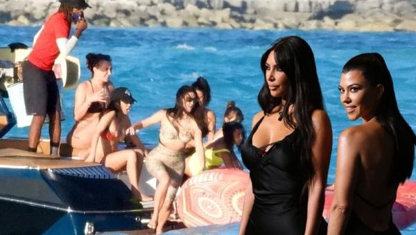 Kim Kardashian boşanma iddiaları sonrası soluğu Karayipler'de aldı