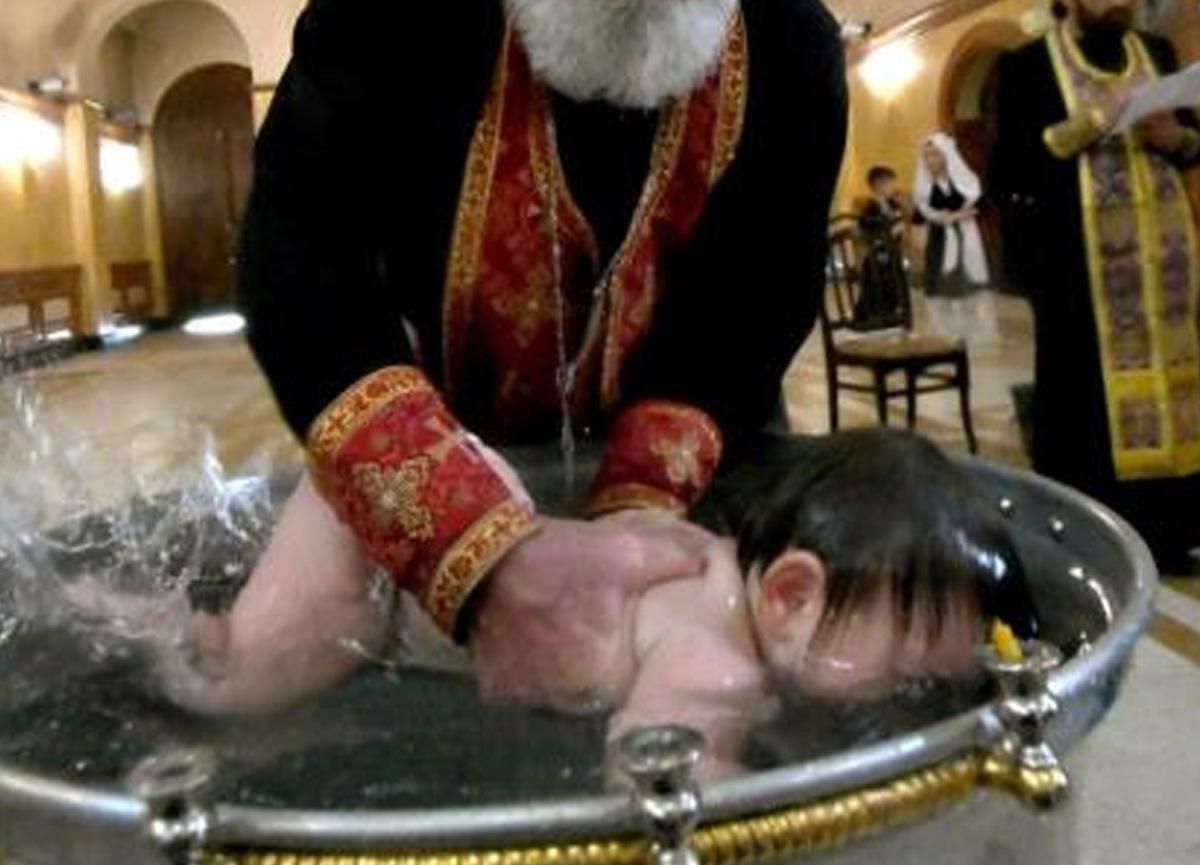 Romanya'da vaftiz edilen 6 haftalık bebek hayatını kaybetti