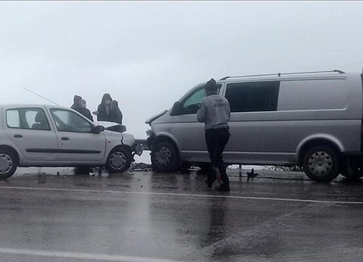 Isparta'da otomobille minibüs kafa kafaya çarpıştı! 6 yaralı var