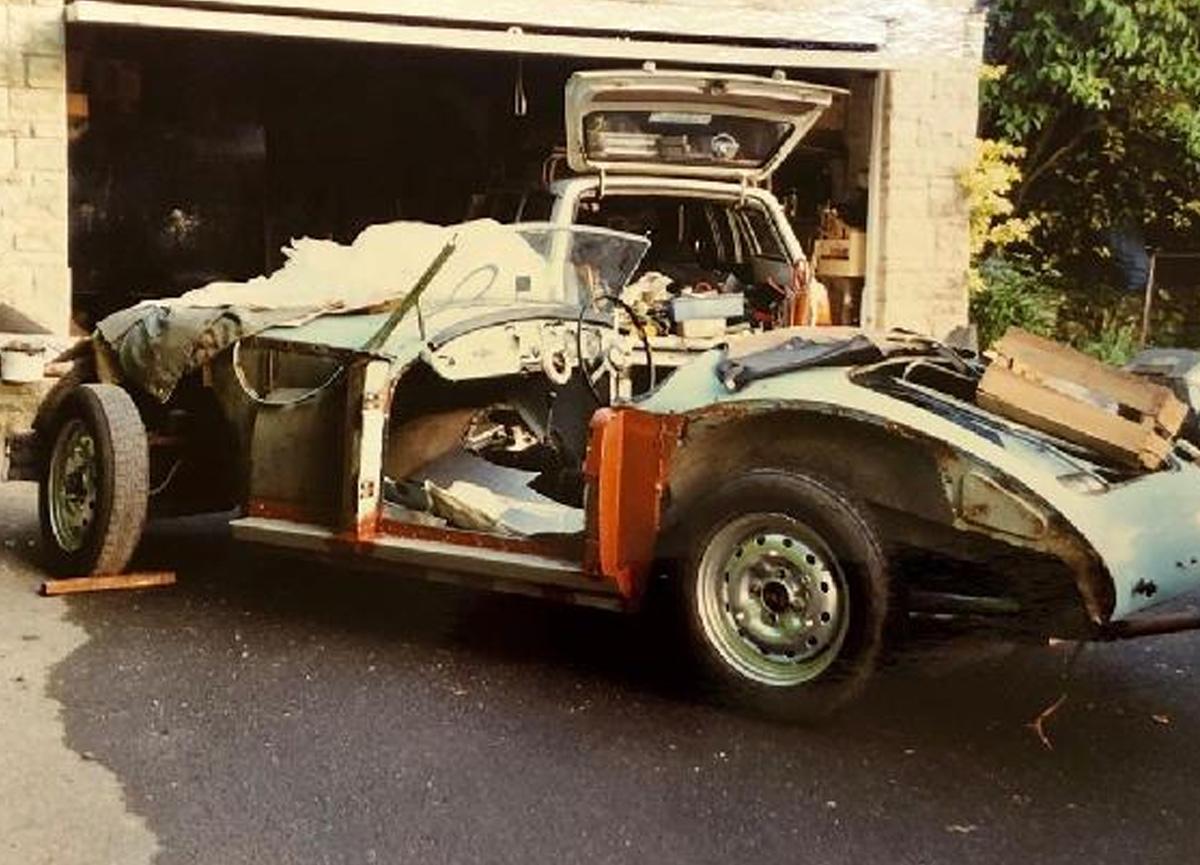 İngiltere'de çöp yığınının altında bulunan klasik araba müzayedede satılacak