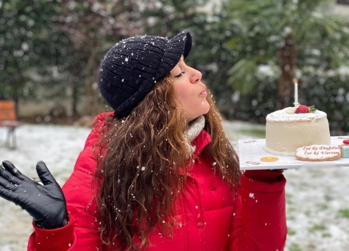 Ünlü oyuncu Özge Borak yeni yaşını kar altında kutladı
