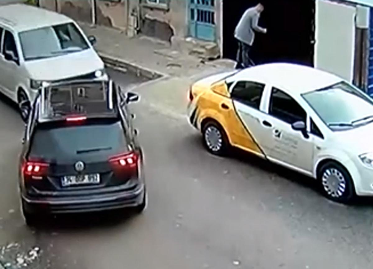Çalıntı minibüsle kaçmaya çalışırken kaza üstüne kaza yaptılar